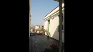 Casa M10 Foto del terrazzo dell'alloggio al piano secondo. Pevimento in listoni di legno per esterno.