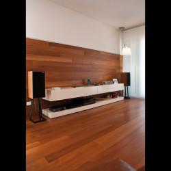 Casa M10 Foto del soggiorno. Pavimento e boiserie continuo in listoni di teak.