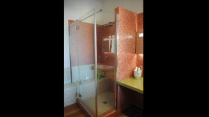 Casa M10 Foto del bagno padronale dell'alloggio al piano primo. Pavimento in listoni di teak e rivestimento in mosaico vitreo Sicis Iridium.