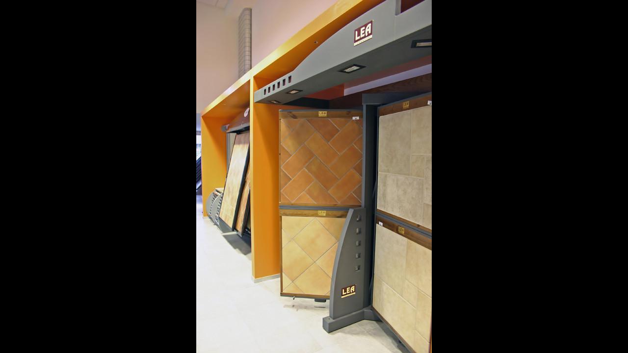 Showroom Benuzzi. Foto piano terra. Box-contenitori per pannelli espositivi.