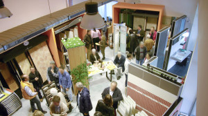 Showroom Benuzzi. Foto inaugurazione sala mostra. Pannelli ad L per esposizione rivestimenti. Box espositivi.
