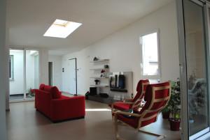 Casa M10 Foto del soggiorno dell'alloggio al piano secondo. Vista della loggia e del lucernario.