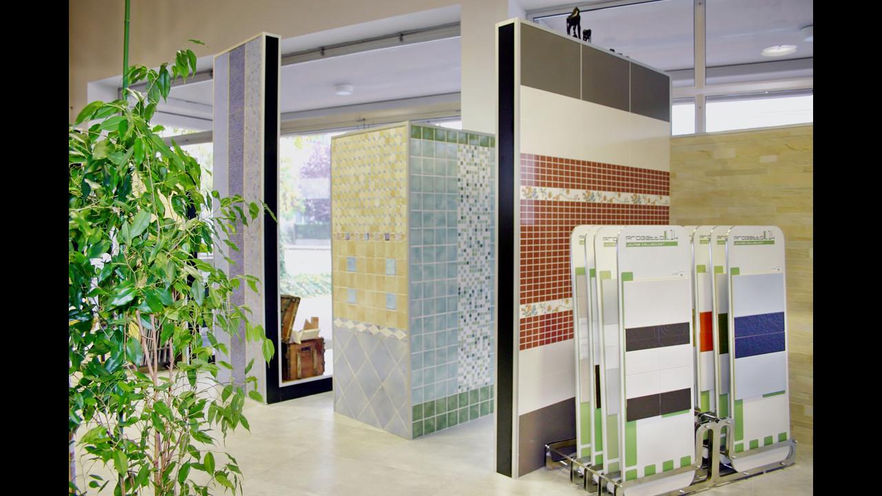Showroom Benuzzi. Foto piano terra. Elementi ad L fronte vetrina per esposizione rivestimenti.