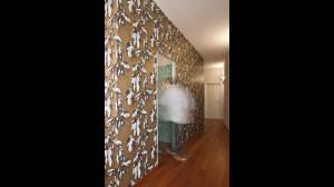 Casa M10 Foto disimpegno dell'alloggio al piano primo. Pavimento in listoni di teak. Carta da parati a fondo dorato.