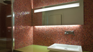 Casa M10 Foto del bagno padronale dell'alloggio al piano primo. Particolare del piano lavabo e del rivestimento in mosaico vitreo Sicis Iridium.