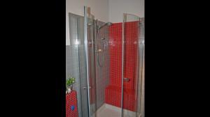 Casa B04 Foto del bagno di servizio al piano terra. Rivestimento in piastrelle ceramiche e mosaico ceramico.