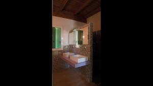 Casa M10 Foto del bagno padronale al piano primo della villetta. Pavimento in listoni di rovere e rivestimento in mosaico vitreo.
