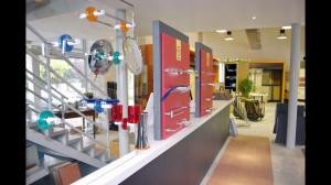 Showroom Benuzzi. Foto piano terra. Zona espositiva accessori bagno.