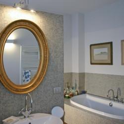 Casa B04 Foto del bagno padronale al piano primo. Rivestimento in mosaico.