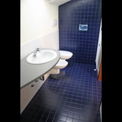 Casa B04 Foto del bagno nel sottotetto con piastrelle bianche e blu
